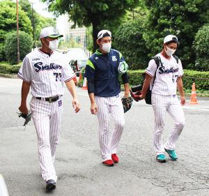 練習を終えて引き上げる(左から)ヤクルト・斎藤投手コーチ、高梨、高橋