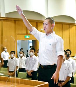 奈良県の代替大会組み合わせ抽選会で選手宣誓をする、一条・岸上夏樹斗主将(代表撮影)