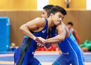 レスリング男子グレコローマンスタイルの強化合宿に参加した文田健一郎(左)(日本レスリング協会提供)