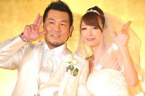 2011年2月タキシード・ウエディングドレス姿で笑顔で会見した藤本敏史、木下優樹菜