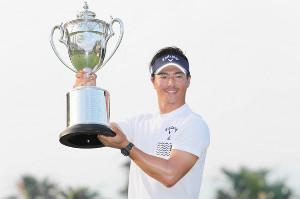 プレーオフを制し優勝を決め、優勝杯を掲げる石川遼(2019年7月7日)