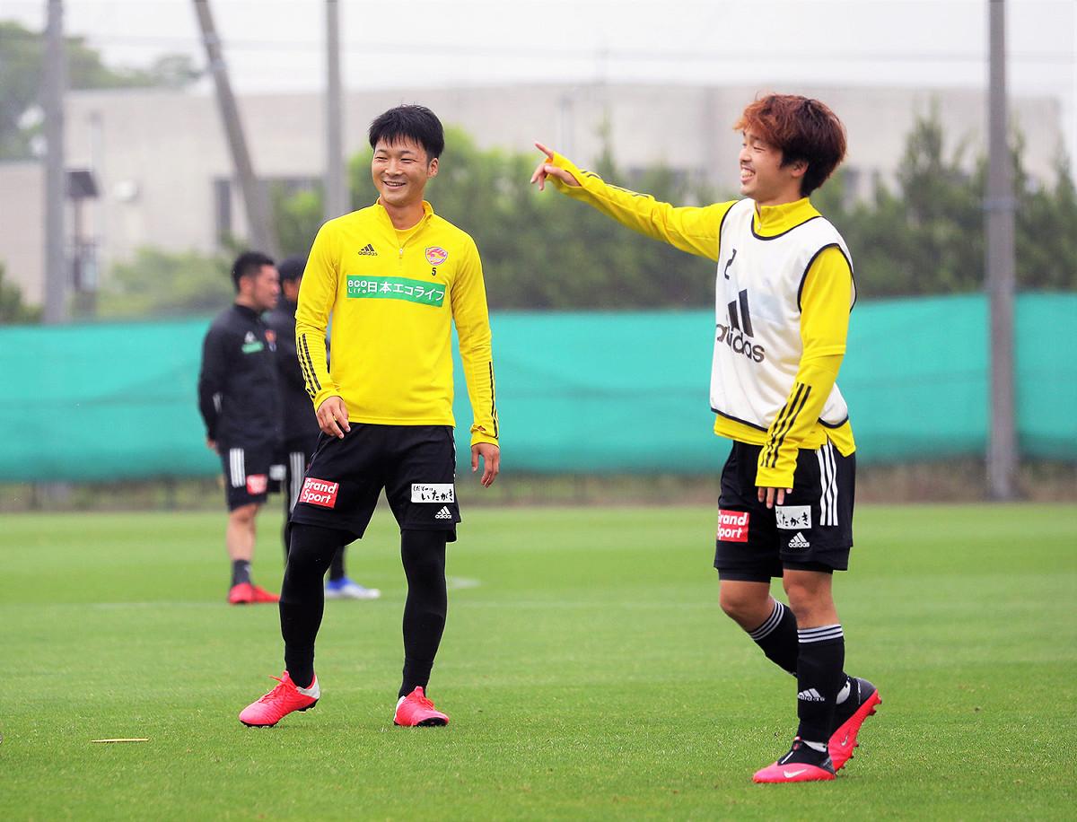 練習の合間に笑顔を見せる仙台MF椎橋【左】ボールに飛び付くGK小畑