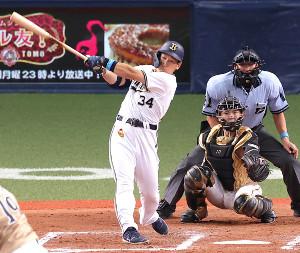 7回2死一塁、右中間へこの試合4安打目となる2ラン本塁打を放った吉田正尚(捕手・清水優心)
