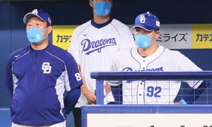 野手を使い切って万事休す。ベンチでガックリの与田監督(右)
