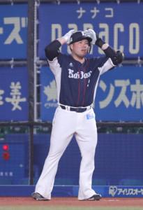 山川穂高は、本塁打と思った打球が風で戻され頭を抱える