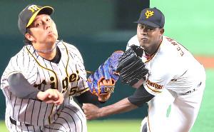 阪神・青柳晃洋(左)と巨人・メルセデス