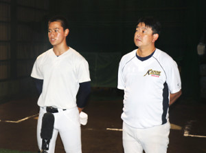 抽選後、報道陣の取材に応じる勝又主将(左)と米山監督
