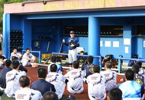 練習後のミーティングで選手たちに話をする仙台育英・須江監督(中央)