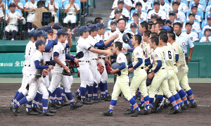 昨年夏の甲子園決勝で試合後、握手を交わす履正社・星稜の両ナイン