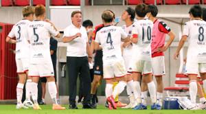 前半、試合途中の給水で指示を出すペトロヴィッチ監督(左から3人目)