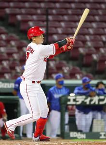 8回1死満塁、堂林翔太がセンターへ逆転の満塁本塁打を放つ