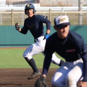 走塁練習に励む山梨学院主将の功刀内野手(左)
