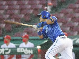 3回1死一塁、右前安打を放つ宮崎敏郎