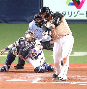 6回無死一、二塁、左越えへ逆転の3ラン本塁打を放つ中田翔