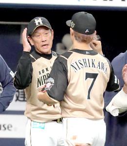 オリックスと引き分け、西川遥輝(右)とタッチをかわす栗山英樹監督