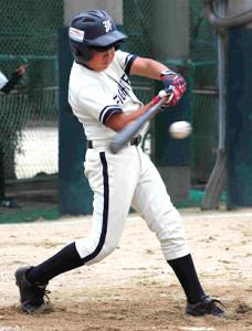 3回1死二塁、八尾河内・宮本は勝ち越しの適時二塁打を放った