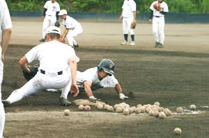 走塁練習で一塁に戻る旭川実の川上(右)