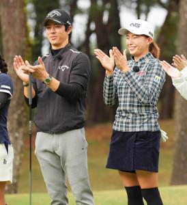 昨年11月、テレビマッチで一緒にプレーした石川遼(左)と渋野日向子