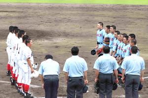 試合を終え整列する取手二と取手松陽の選手たち