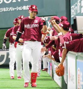 2回無死一、二塁、内田が右越え3ラン本塁打を放ち、ベンチ前で祝福を受ける