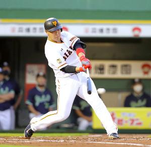 1回1死二、三塁、適時二塁打を放つ岡本和真