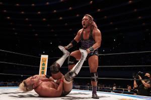 急所攻撃などダーティーな戦いでオカダ・カズチカを下し、NJC初優勝を飾ったEVIL(新日本プロレス提供)