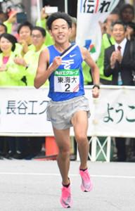 昨年の全日本大学駅伝、1位でゴールに向かう東海大・名取燎太