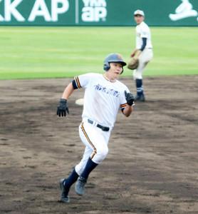 三塁に向かって走る函館・中野