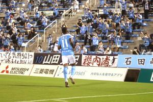 2点目を決め、サポーターの元へ向かう磐田FWルキアン