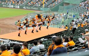 スタジアムの特設ステージでダンスするヴィーナス