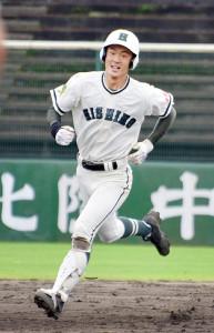 大会1号本塁打を放ち、ダイヤモンドを1周する金沢西の桜井