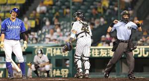 6回2死、梶谷隆幸(左)の見逃し三振をコールする白井一行球審(捕手・梅野隆太郎)