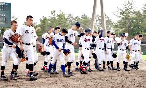 各校のユニホームを着て戦い抜いた6校連合チームの選手たち