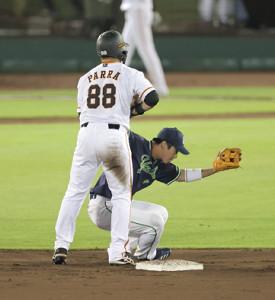 6回、二塁で接触し倒れた山田哲人を起こすパーラ(88)。この後リプレイ検証でパーラの危険スライディングと判定される (カメラ・生澤 英里香)