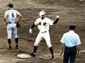 6回、逆転の三塁打を放った飛龍・田口はガッツポーズ