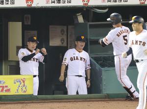 4回2死、左中間ソロ本塁打を放った中島宏之(5)にエアグータッチをする原辰徳監督(左)