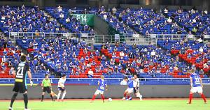 スタンドで等間隔に座り横浜M・F東京戦を観戦するサポーター(カメラ・竜田 卓)