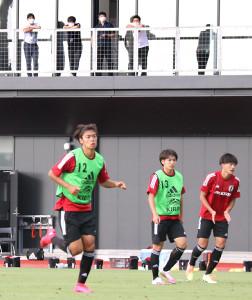 森保監督(後方左隅)が見守る中で練習する横浜CのFW斉藤光毅(手前中央)らU-19日本代表候補メンバー