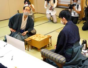 藤井七段(右)に逆転負けを喫した木村一基王位