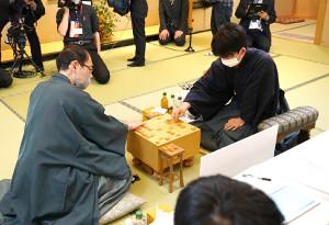 感想戦で対局を振り返る藤井聡太七段(右)と木村一基王位(日本将棋連盟提供)