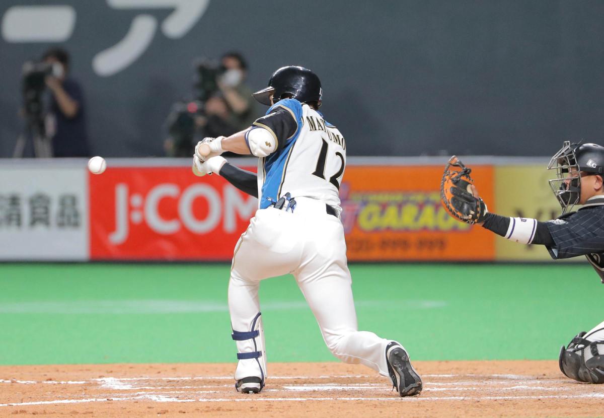 8回無死一、二塁、三塁前に送りバントを決める松本剛