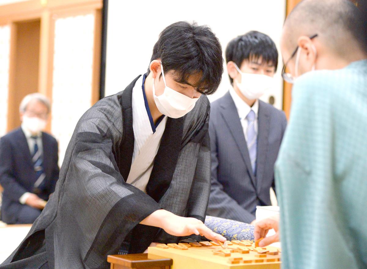 駒を並べる藤井聡太七段(代表撮影)