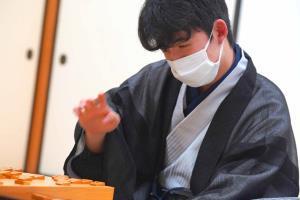 渡辺明棋聖を破り、タイトルを獲得した藤井聡太七段(日本将棋連盟提供)
