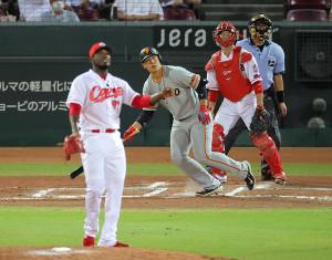 7回2死二塁、左中間へ2ラン本塁打を放つ岡本和真(投手・フランスア、捕手・坂倉将吾)(カメラ・竜田 卓)