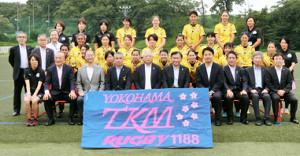医療従事者でもある横浜TKMの選手たちを労った日本ラグビー協会の森会長(前列中央)
