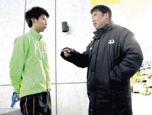大東大監督時代は長男・凌介も指導した奈良監督(右)