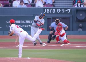 1回無死、先頭の亀井善行が右翼線二塁打を放つ(投手・薮田和樹、捕手・坂倉将吾)(カメラ・竜田 卓)