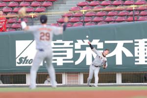 3回無死、代打・高橋大樹の右前二塁打を二塁へ送球する亀井善行(右)(カメラ・橋口 真)
