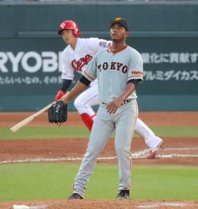 4回2死二塁、堂林翔太に右中間へ2ラン本塁打を打たれたメルセデス(捕手・大城卓三)(カメラ・竜田 卓)
