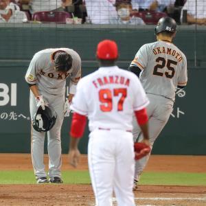 7回2死二塁、左中間へ2ラン本塁打を放ち生還した岡本和真(25)をヘルメットを取って一礼して迎える坂本勇人(投手・フランスア、捕手・坂倉将吾)(カメラ・竜田 卓)